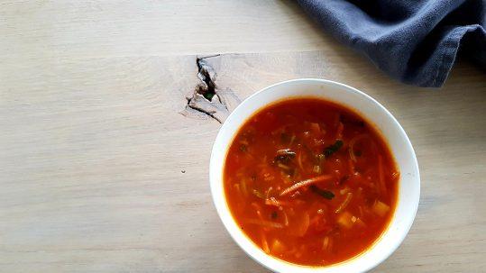 Tomaten groenten soep voor gezonde darmen en tandvlees